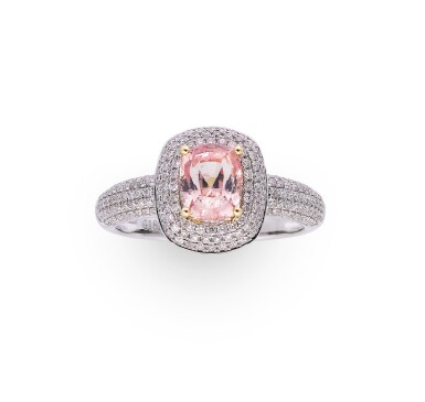 Padparadscha sapphire and diamond ring [Bague saphir Padparadscha et diamants]