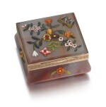 A HARDSTONE APPLIQUÉ SNUFF BOX WITH GOLD MOUNTS, PROBABLY GERMAN, LATE 19TH CENTURY