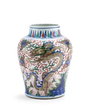 View 1. Thumbnail of Lot 154. Vase en porcelaine wucai Dynastie Qing, XVIIE siècle | 清十七世紀 五彩雲龍戲珠紋罐 | A wucai 'dragon' jar, Qing dynasty, 17th century.