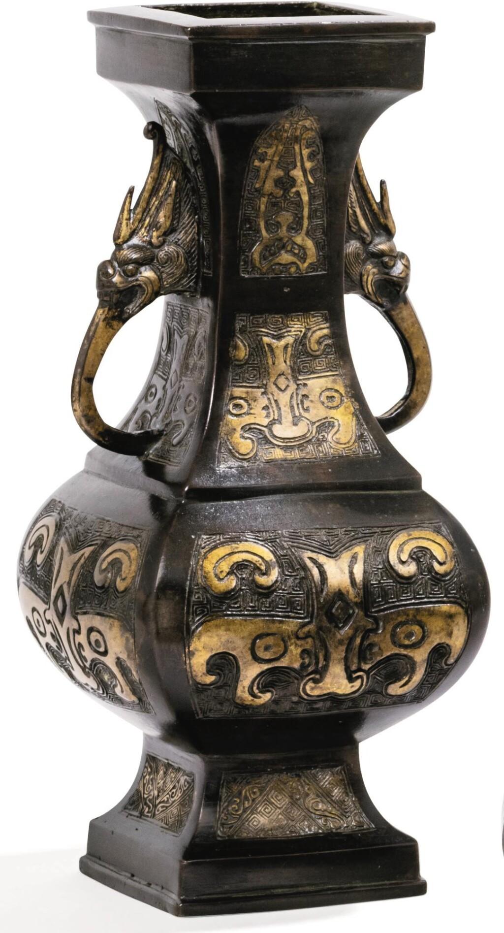VASE ARCHAÏSANT EN BRONZE PARTIELLEMENT DORÉ FIN DE LA DYNASTIE YUAN - DÉBUT DE LA DYNASTIE MING | 元末至明初 局部鎏金銅獸面紋雙龍首耳方壼 | An archaistic parcel-gilt bronze vase, late Yuan/early Ming Dynasty