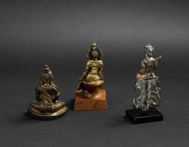 View 3. Thumbnail of Lot 31. Trois divinités en bronze et bronze doré Dynastie Qing et antérieure | 清及更早期 鎏金銅佛坐像 一組三尊 | A miniature bronze Amitayus, a Bodhisattva and a seated Buddha, Qing Dynasty and earlier.