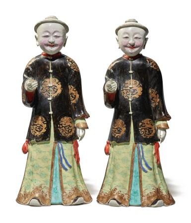 View 2. Thumbnail of Lot 446. A Rare Pair of Chinese Export 'Nodding Head' Figures, Qing Dynasty, Qianlong Period | 清乾隆  粉彩點頭式人物立像一對.