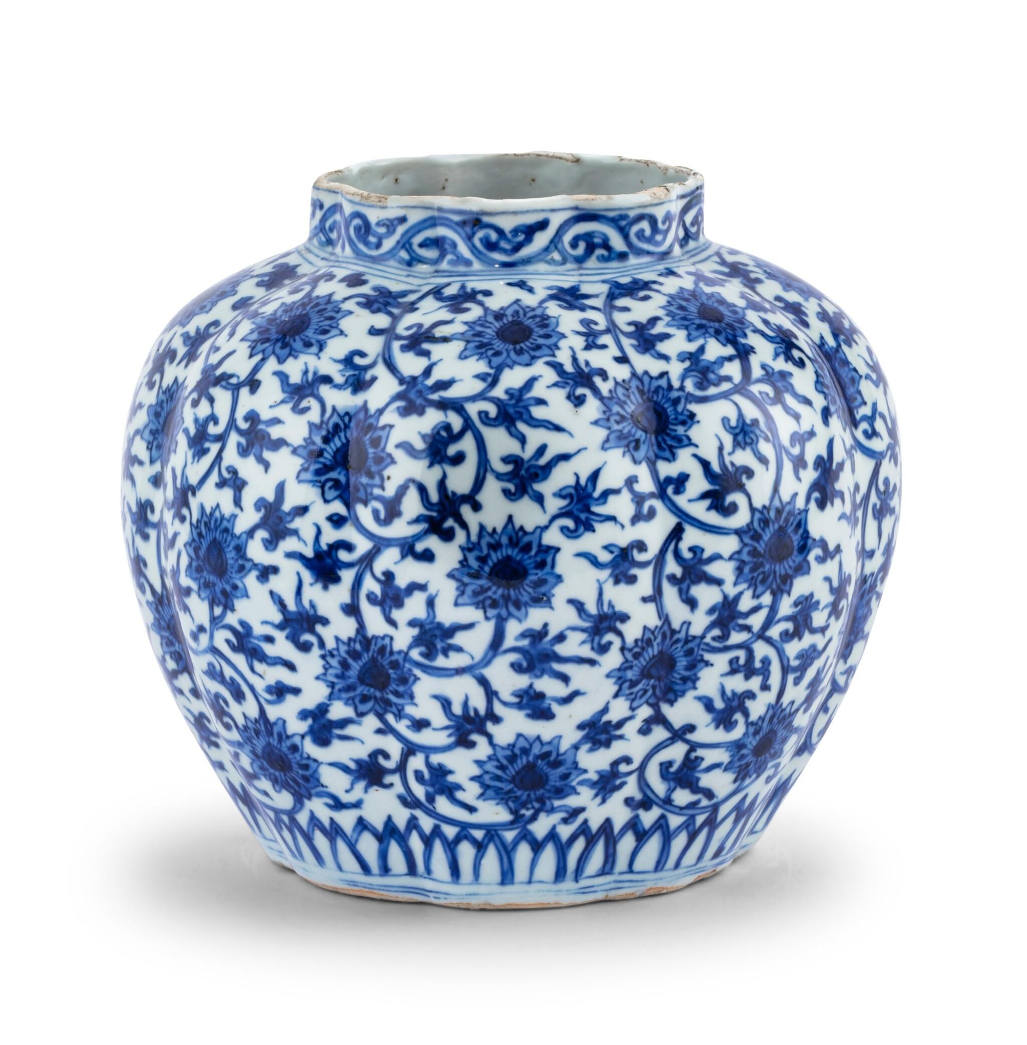 View 1 of Lot 16. Vase lobé bleu blanc à décor de lotus Dynastie Ming, époque Jiajing   明嘉靖 青花纏枝蓮紋瓜棱式罐   A lobed blue and white 'lotus' vase, Ming Dynasty, Jiajing period.