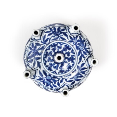 View 5. Thumbnail of Lot 85. A rare blue and white multi-spouted 'fish' vase, Mark and period of Jiajing | 明嘉靖 青花魚藻紋六管花插 《大明嘉靖年製》款.