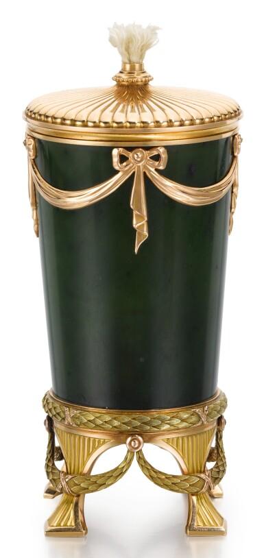 A FABERGÉ THREE-COLOUR GOLD AND NEPHRITE TABLE LIGHTER, WORKMASTER HENRIK WIGSTRÖM, ST PETERSBURG, 1904-1917