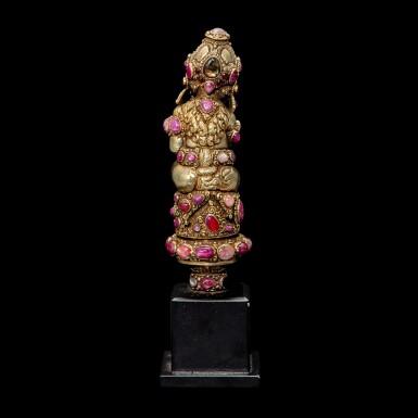 View 4. Thumbnail of Lot 1032. An embellished gilt-silver Kris hilt Bali, Indonesia, late 19th - early 20th century   十九世紀末至二十世紀初 印尼峇里 鎏金銀嵌寶格里斯劍柄.