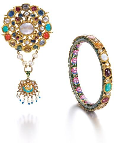 TWO NAVARATNA JEWELS, A GEM-SET GOLD MUGHAL PENDANT AND AN ENAMELLED AND GEM-SET GOLD BRACELET, INDIA, BENARES, 19TH CENTURY