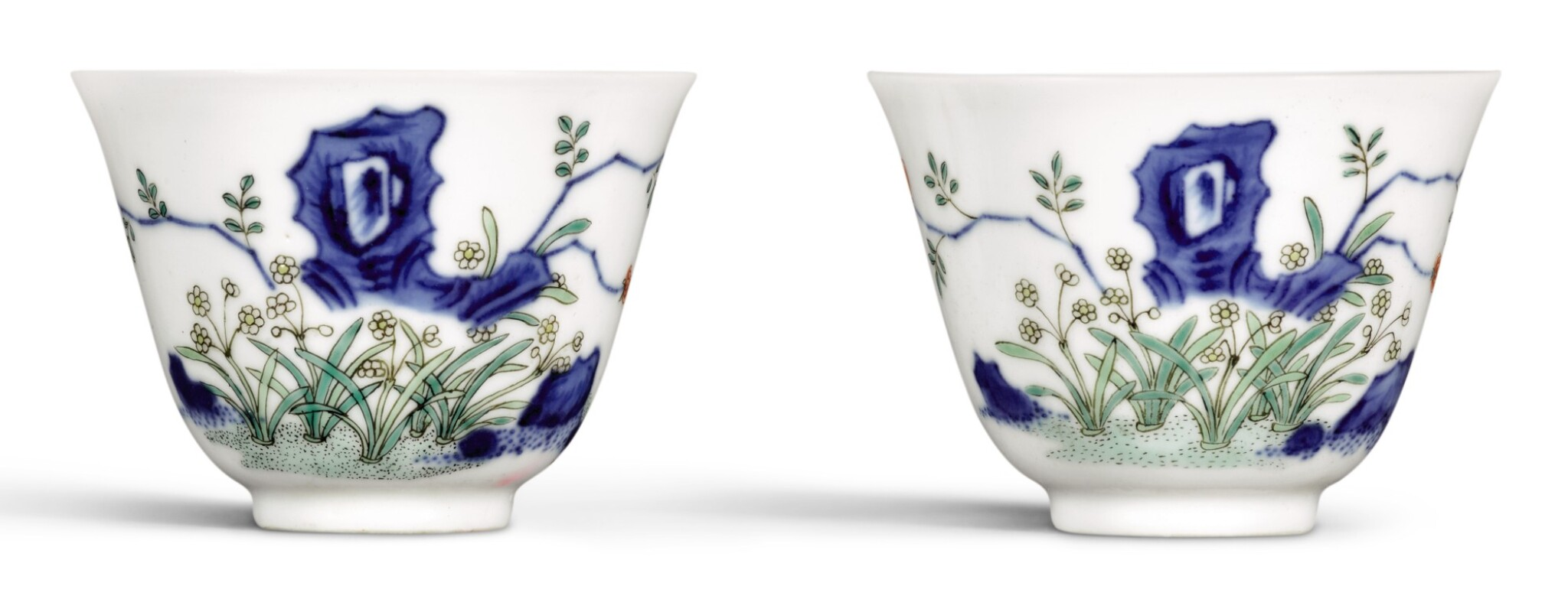 View 1 of Lot 265. A PAIR OF FAMILLE-VERTE 'NARCISSUS' CUPS, LATE QING DYNASTY | 晚清 五彩水仙花紋盃一對.