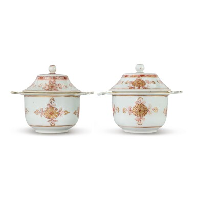 A PAIR OF CHINESE EXPORT IRON-RED AND GILT TWO-HANDLED ECUELLES AND COVERS QING DYNASTY, KANGXI PERIOD | 清康熙 礬紅彩描金菊紋雙耳蓋盌一對