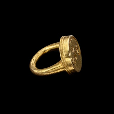 View 2. Thumbnail of Lot 1007. A gold seal ring with 'Sri' inscription From Rabuk, Purbalingga, Central Java, Indonesia, 8th - 10th century | 八至十世紀 印尼中爪哇 「Sri」印章金戒指.