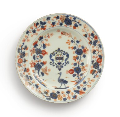 A CHINESE EXPORT ARMORIAL PLATE, QING DYNASTY, KANGXI PERIOD, CIRCA 1705