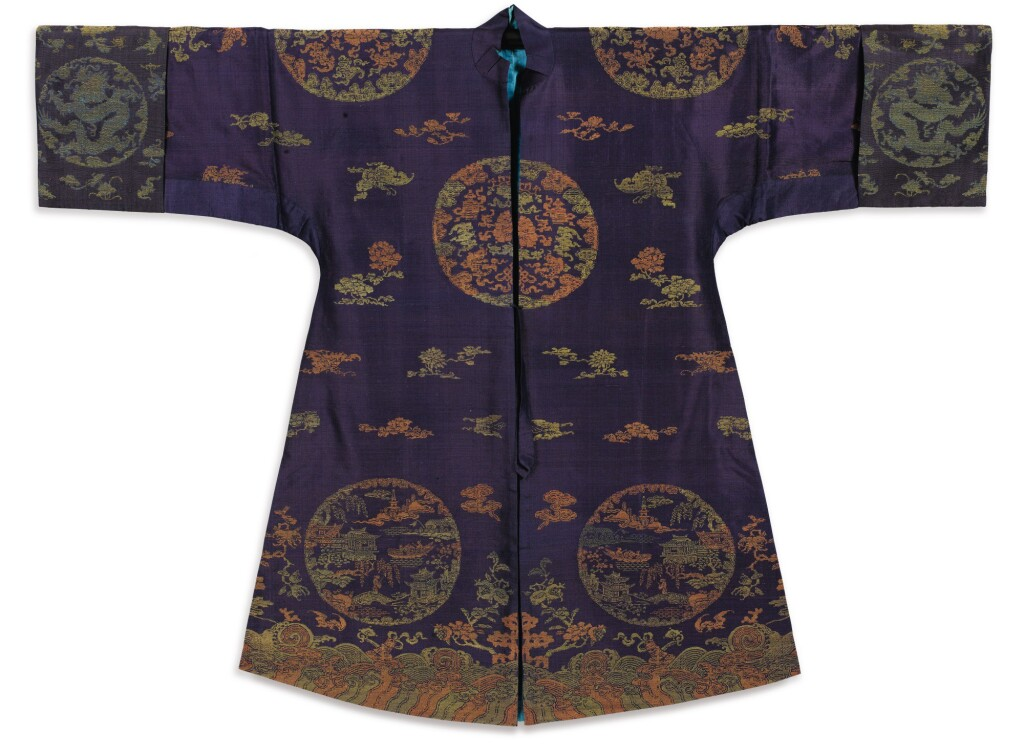 ENSEMBLE DE TROIS ROBES EN SOIE FIN DE LA DYNASTIE QING | 清晚期 納紗單褂一組三件 | Three silk summer robes, late Qing Dynasty