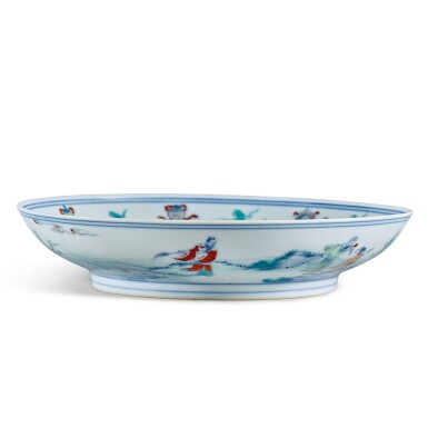 View 2. Thumbnail of Lot 146. A fine and rare doucai 'immortals' dish, Qing dynasty, Kangxi / Yongzheng period | 清康熙 / 雍正 鬥彩壽老觀卷圖盤.
