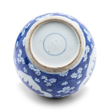 View 2. Thumbnail of Lot 229. Deux pots à gingembre en porcelaine bleu blanc Dynastie Qing, XVIIIE-XIXE siècle   清十八至十九世紀 青花花卉紋罐一組兩件   Two blue and white jars and covers, Qing dynasty, 18th-19th century.