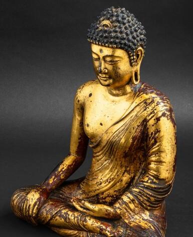 View 5. Thumbnail of Lot 28. Exceptionnelle statue du Bouddha Maravijaya en alliage de cuivre doré Royaume de Dali (937-1253), Province de Yunnan, XIIE siècle | 大理國 十二世紀 鎏金銅合金釋迦牟尼佛坐像 | An exceptional gilt-copper alloy figure of Buddha Maravijaya, Dali Kingdom (937-1253), Yunnan Province, 12th century .