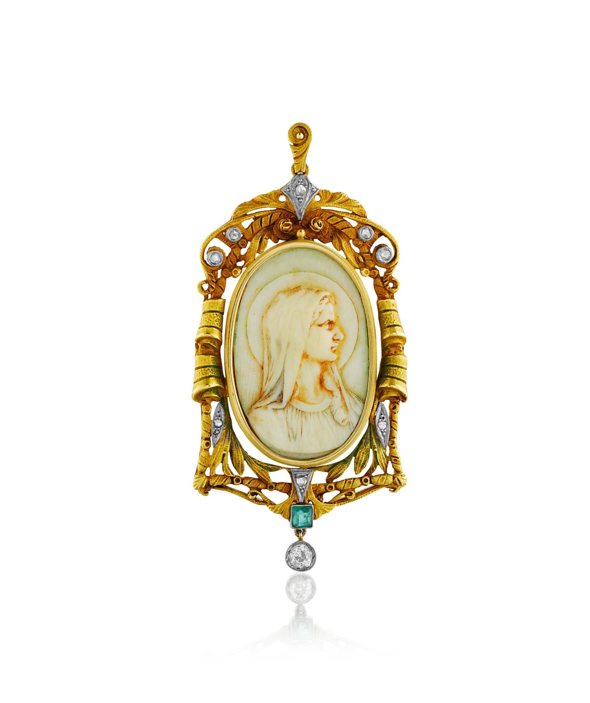 View full screen - View 1 of Lot 35. Pendentif ivoire, émeraude et diamants   Ivory, emerald and diamond pendant.