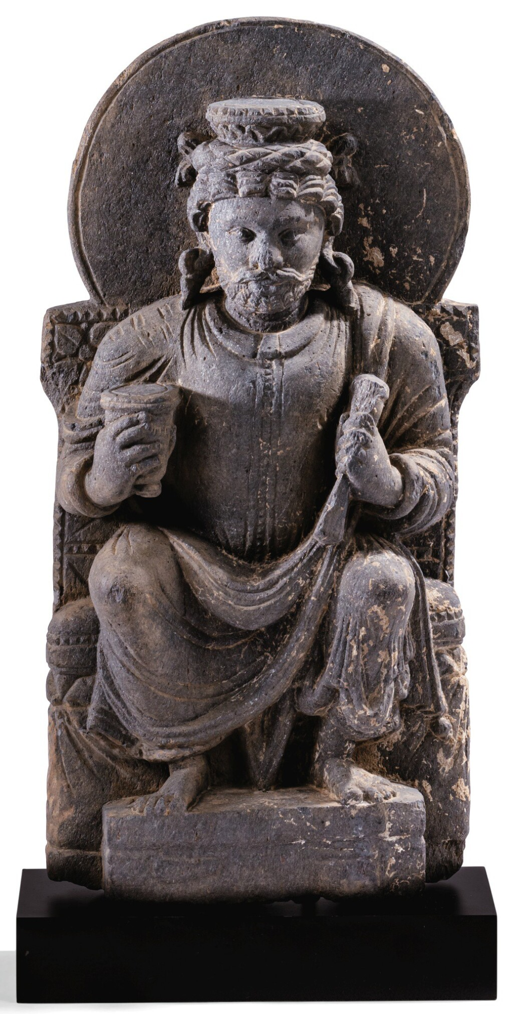 STATUETTE D'INDRA EN SCHISTE GRIS GANDHÂRA, IIE-IVE SIÈCLE | 犍陀羅 二至四世紀 灰片岩雕因陀羅坐像 | A grey schist figure of seated Indra, Gandhara, 2nd/4th century