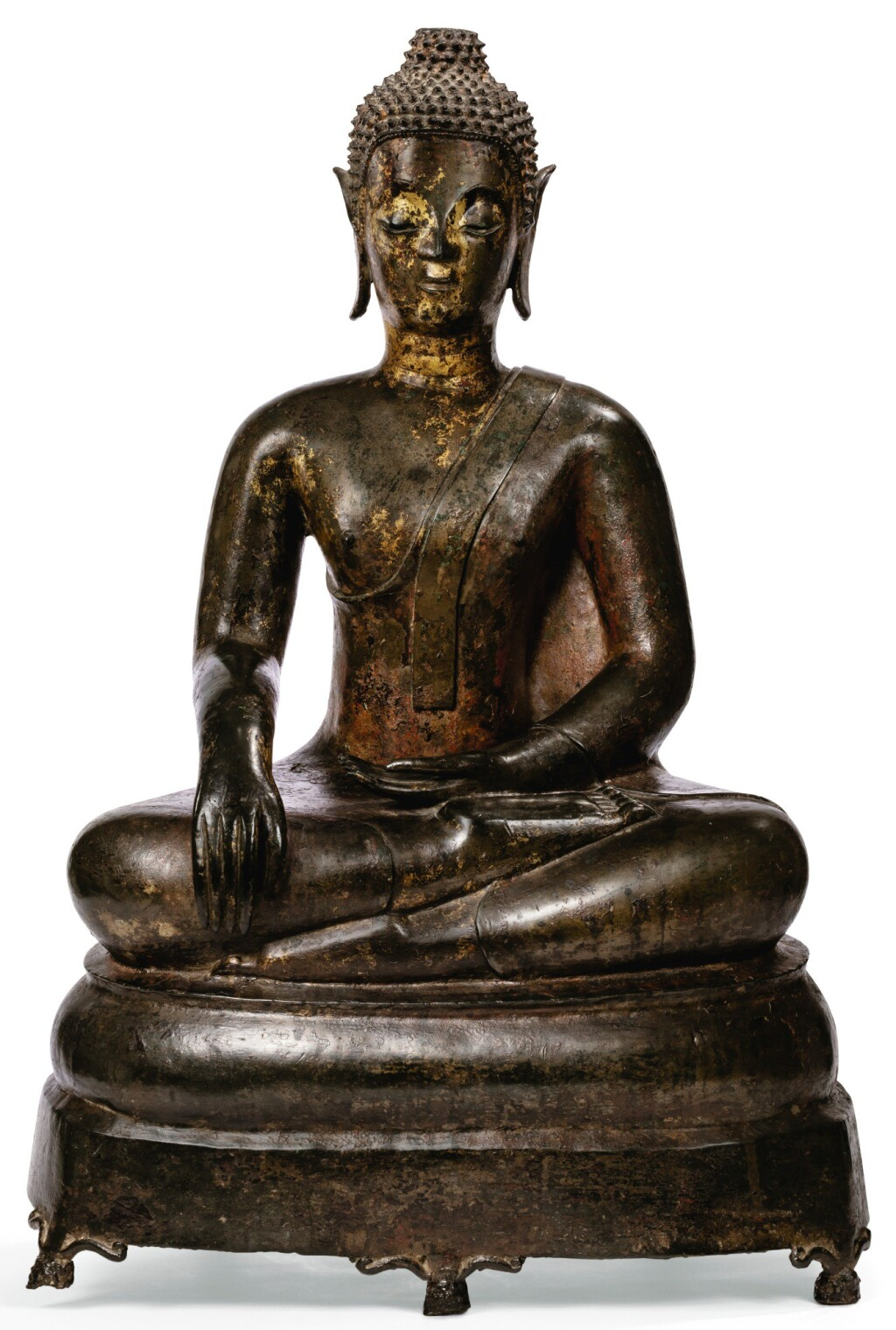 STATUE DE BOUDDHA SHAKYAMUNI EN BRONZE DORÉ THAÏLANDE, STYLE D'AYUTTHAYA, XVIIE SIÈCLE | 暹邏 十七世紀 銅阿瑜陀耶較式釋迦牟尼佛坐像 | A gilt bronze figure of seated Buddha Shakyamuni, Thailand, Ayutthaya style, 17th century