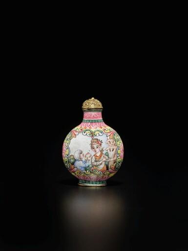 View 2. Thumbnail of Lot 64. A rare Beijing enamel 'European subject' snuff bottle, Mark and period of Qianlong | 清乾隆 銅胎北京畫琺瑯西洋人物圖鼻煙壺 《乾隆年製》款.