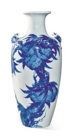 A BLUE AND WHITE 'PEACH' VASE, 19TH / 20TH CENTURY