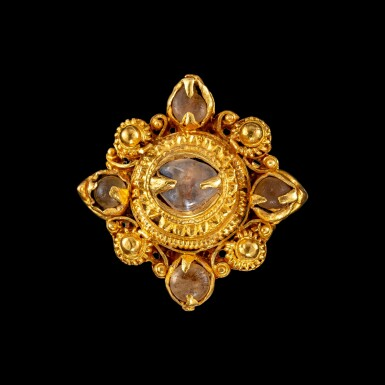 View 1. Thumbnail of Lot 1011. A gold and tumbled crystal 'four-pointed star' ring Khmer, Angkor period, 9th - 13th century   九至十三世紀 高棉吳哥王朝 金嵌水晶四角星形戒指.