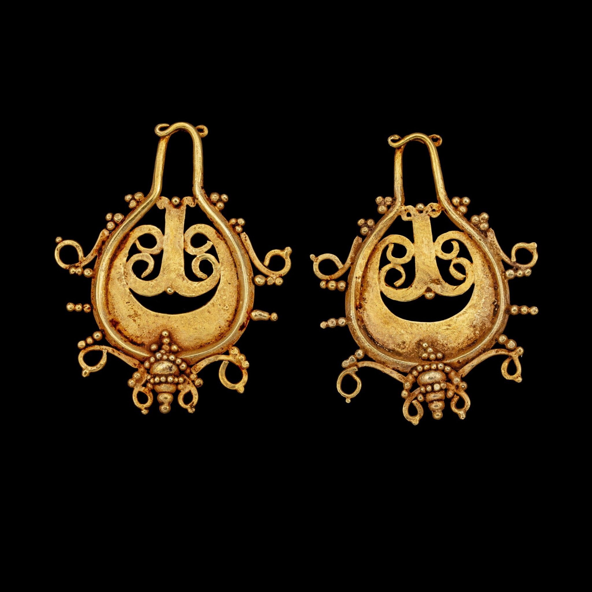 View full screen - View 1 of Lot 1066. A pair of Lio gold teardrop-shaped ear pendants Central Flores, Indonesian archipelago, 19th century or earlier   十九世紀或更早 印尼群島弗洛勒斯中部 Lio族金耳飾一對.