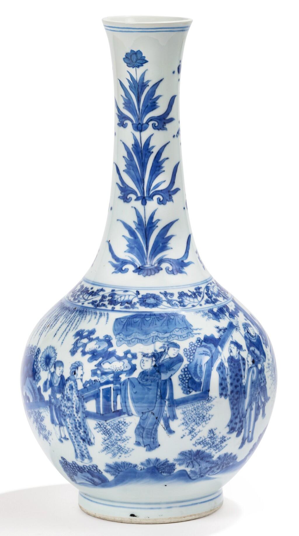 VASE EN PORCELAINE BLEU BLANC EPOQUE TRANSITION, XVIIE SIÈCLE | 十七世紀 青花人物故事紋長頸瓶 | A blue and white bottle vase, Transitional period, 17th century
