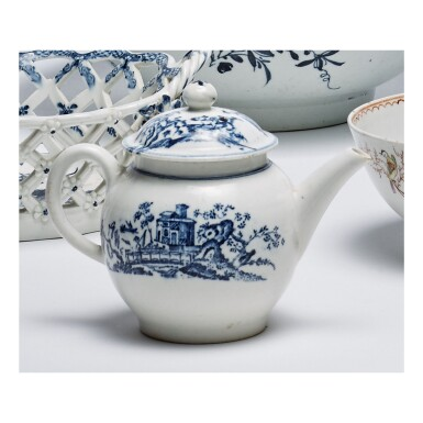 A LOWESTOFT PORCELAIN BLUE AND WHITE SMALL TEAPOT AND COVER CIRCA 1770-75