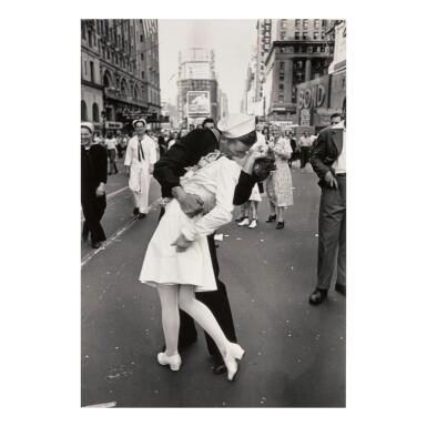 ALFRED EISENSTAEDT | V-J DAY. TIMES SQUARE, NEW YORK CITY