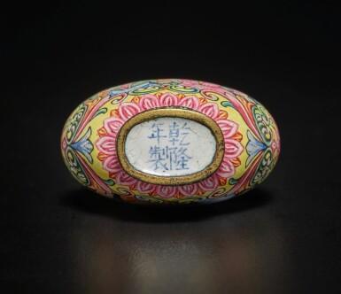 View 5. Thumbnail of Lot 64. A rare Beijing enamel 'European subject' snuff bottle, Mark and period of Qianlong | 清乾隆 銅胎北京畫琺瑯西洋人物圖鼻煙壺 《乾隆年製》款.