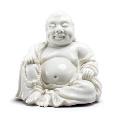 A SMALL CHINESE 'DEHUA' FIGURE OF BUDAI QING DYNASTY, 18TH/19TH CENTURY | 清十八 / 十九世紀 德化白釉布袋和尚坐像 《宣德》仿款