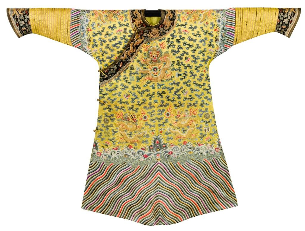 ROBE IMPÉRIALE EN SOIE BRODÉE DES 'DOUZE SYMBOLES ET DE DRAGONS' SUR FOND JAUNE, JIFU DYNASTIE QING, ÉPOQUE GUANGXU | 清光緒 明黃緞繡金龍雲壽紋十二章吉服袍 | An imperial embroidered yellow silk twelve-symbol dragon robe, Jifu, Qing Dynasty, Guangxu period