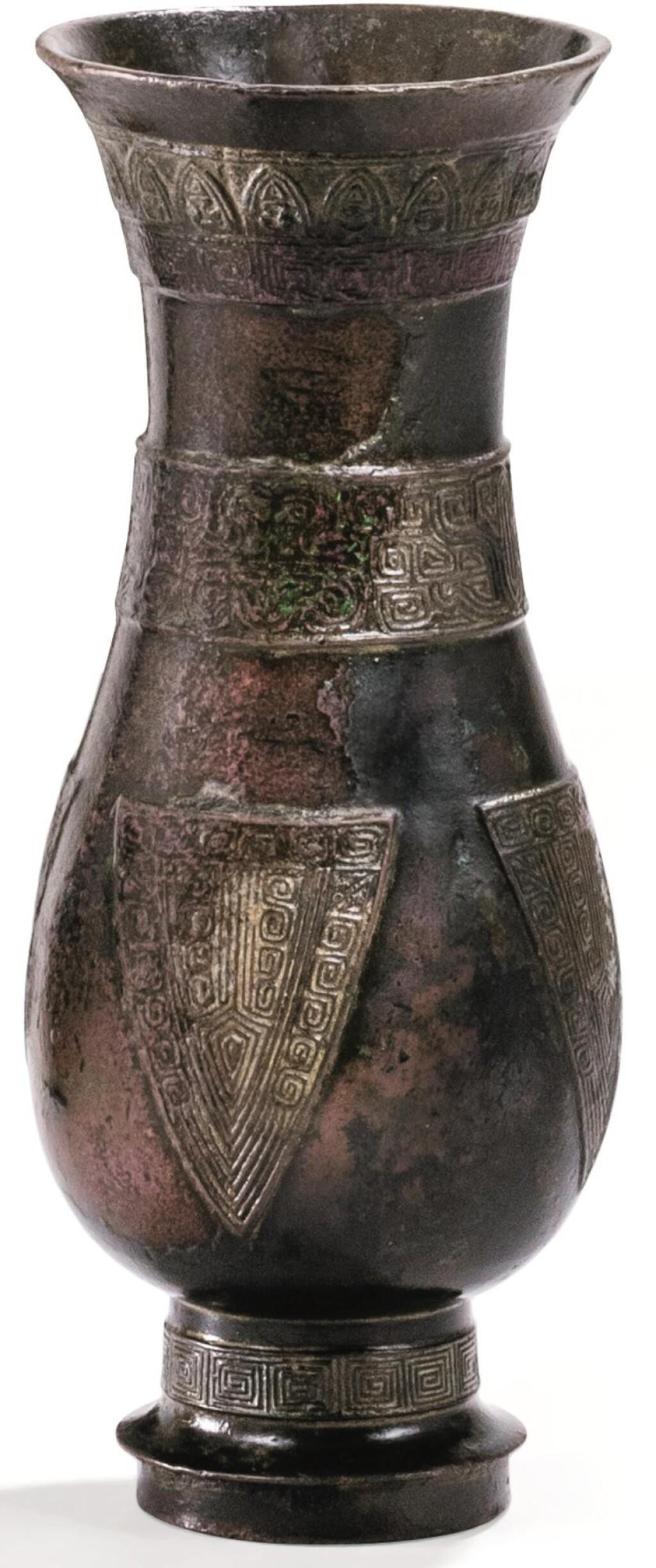 VASE ARCHAÏSANT EN BRONZE, ZHI DYNASTIE MING | 明 銅仿古紋觶 | A archaistic bronze vessel, zhi, Ming Dynasty