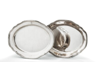 A PAIR OF LARGE OVAL MALTESE SILVER DISHES ENGRAVED WITH ARMS, MAKER'S MARK AT ATTRIBUTED TO ALOISIO TROISI, CIRCA 1775 | PAIRE DE GRANDS PLATS OVALES ARMORIÉS EN ARGENT, POINÇON ATTRIBUÉ À ALOISIO TROISI, MALTE, VERS 1775