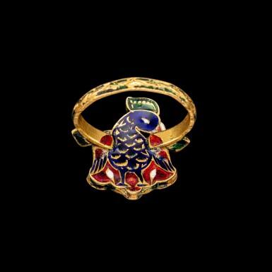 View 2. Thumbnail of Lot 1019. A rare gold, diamond, ruby and emerald 'bird' ring Jaipur, North India, 19th century   十九世紀 北印度齋浦爾 金嵌鑽石、紅寶及祖母綠鳥形戒指 背飾琺瑯彩鳥紋.