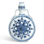 AN OUTSTANDING BLUE AND WHITE MOONFLASK MING DYNASTY, YONGLE PERIOD | 明永樂 青花輪花綬帶葫蘆扁瓶