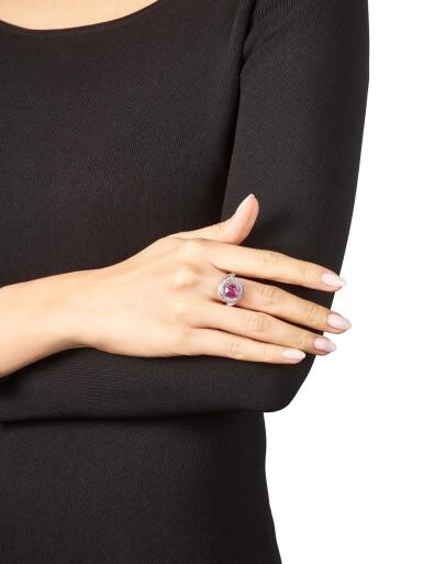 View 4. Thumbnail of Lot 1046. Pink Sapphire and Diamond Ring   格拉夫  3.13克拉 粉紅剛玉 配 鑽石 戒指 (鑽石共重約3.10克拉).