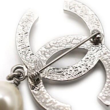 View 6. Thumbnail of Lot 167. CHANEL | SILVER TONE METAL CC PIN BROOCH ENCRUSTED WITH FAUX PEARLS WITH A SMALL FAUX PEARL DROPLET, 2012.