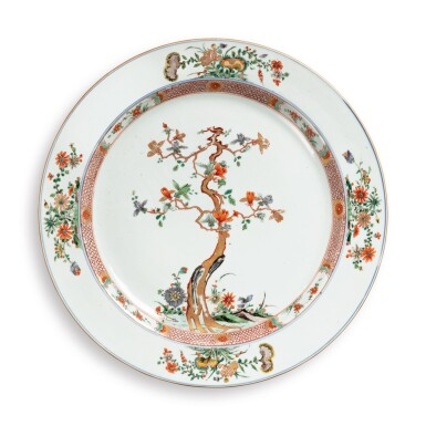 A LARGE CHINESE FAMILLE-VERTE 'MAGNOLIA' LARGE DISH QING DYNASTY, KANGXI PERIOD | 清康熙 五彩玉蘭花圖大盤
