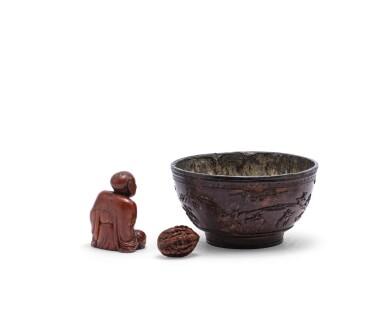 View 2. Thumbnail of Lot 161. Bol en noix de coco sculpté, noix sculptée, et, figure d'immortel en stéatite sculptée Dynastie Qing | 清 雜項一組三件 | A pewter-lined 'deers in a landscape' coconut bowl, a finely carved 'eight immortal' nut, and a soapstone figure of a luohan, Qing Dynasty  .