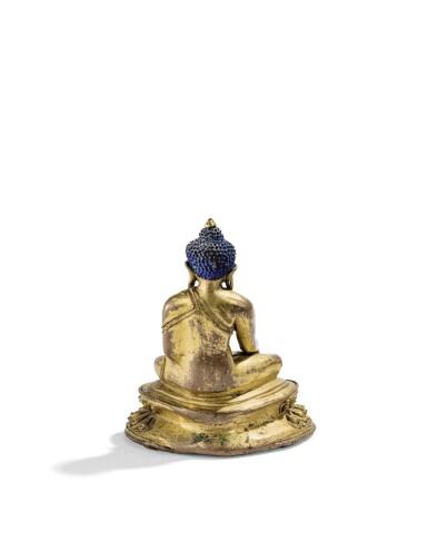 STATUETTE DE BOUDDHA SHAKYAMUNI EN ALLIAGE DE CUIVRE DORÉ TIBET, DÉBUT DU XVE SIÈCLE | 西藏 十五世紀早期 鎏金銅合金釋迦牟尼佛坐像 | A gilt-copper alloy figure of Shakyamuni Buddha, Tibet, early 15th century