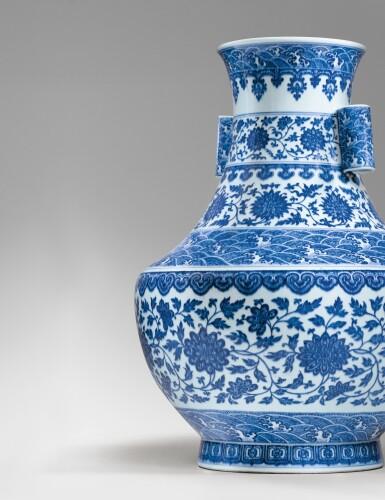View 6. Thumbnail of Lot 12. RARE GRAND VASE 'LOTUS' EN PORCELAINE BLEU BLANC MARQUE EN CACHET ET ÉPOQUE QIANLONG  | 清乾隆 青花纏枝花卉海水紋折肩貫耳壼  《大清乾隆年製》款 | A rare large blue and white 'lotus' vase, seal mark and period of Qianlong.