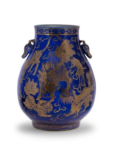 View 2. Thumbnail of Lot 235. Vase en porcelaine à fond bleu émaillé or à décor de daims, hu Dynastie Qing, XIXE siècle | 清十九世紀 霽藍地描金瑞獸紋鹿首耳尊 | A gilt-decorated blue-ground 'deer' vase, hu, Qing Dynasty, 19th century.