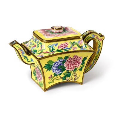 View 3. Thumbnail of Lot 3607. A very rare and superbly painted Beijing enamelled 'peony' wine ewer and cover Mark and period of Qianlong   清乾隆 銅胎北京畫琺瑯黃地牡丹圖扇式酒壺 《乾隆年製》款.