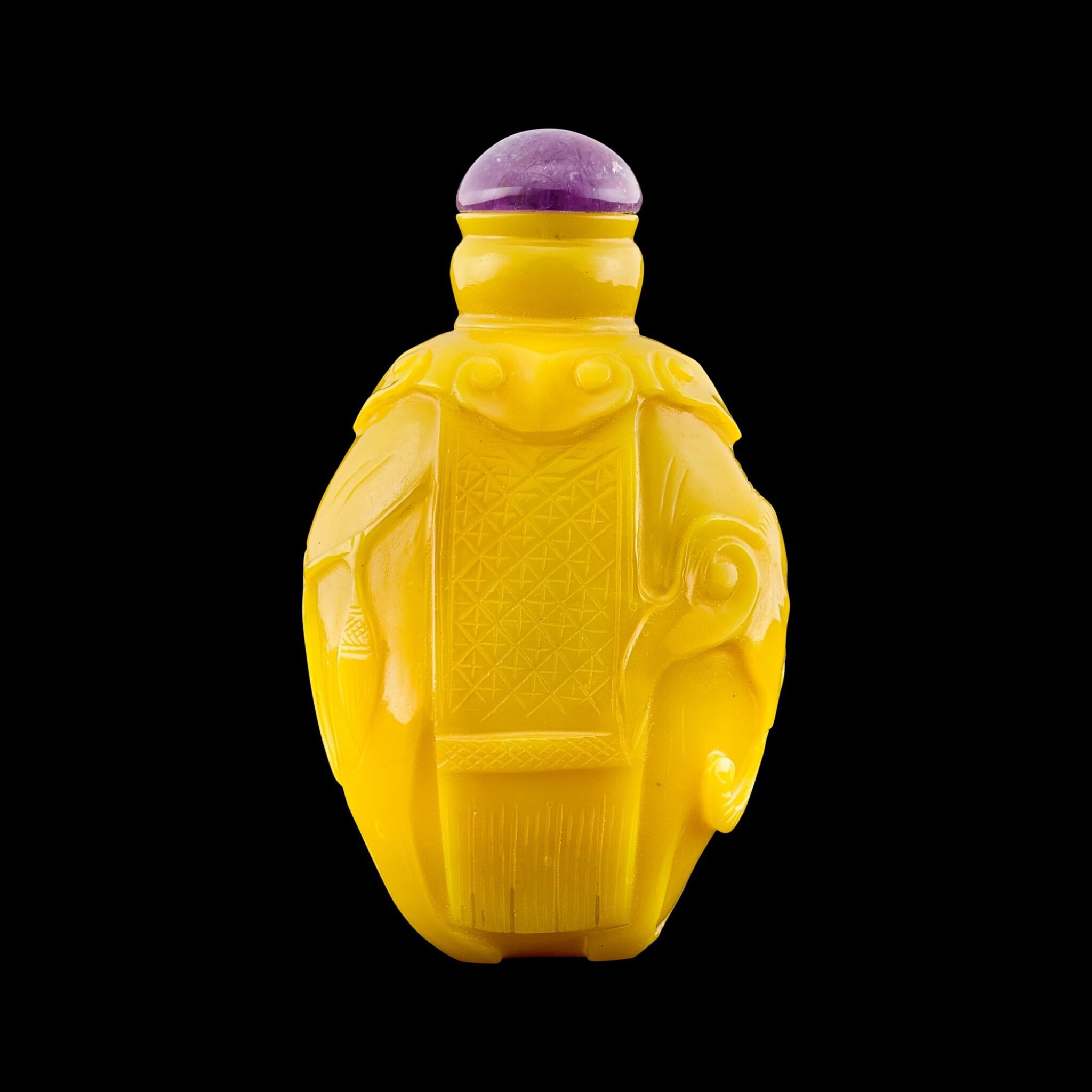 View full screen - View 1 of Lot 1050. A large yellow glass 'elephant' snuff bottle Qing dynasty, Jiaqing period | 清嘉慶 黃料太平有象鼻煙壺.