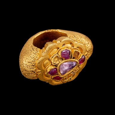 View 3. Thumbnail of Lot 1013. A gem-set gold 'lotus' ring Java, Indonesia, 12th century | 十二世紀 印尼爪哇 金嵌紅寶蓮紋戒指.