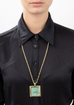 Gold and resin necklace  Collier or et résine]