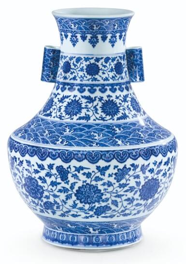 View 1. Thumbnail of Lot 12. RARE GRAND VASE 'LOTUS' EN PORCELAINE BLEU BLANC MARQUE EN CACHET ET ÉPOQUE QIANLONG  | 清乾隆 青花纏枝花卉海水紋折肩貫耳壼  《大清乾隆年製》款 | A rare large blue and white 'lotus' vase, seal mark and period of Qianlong.