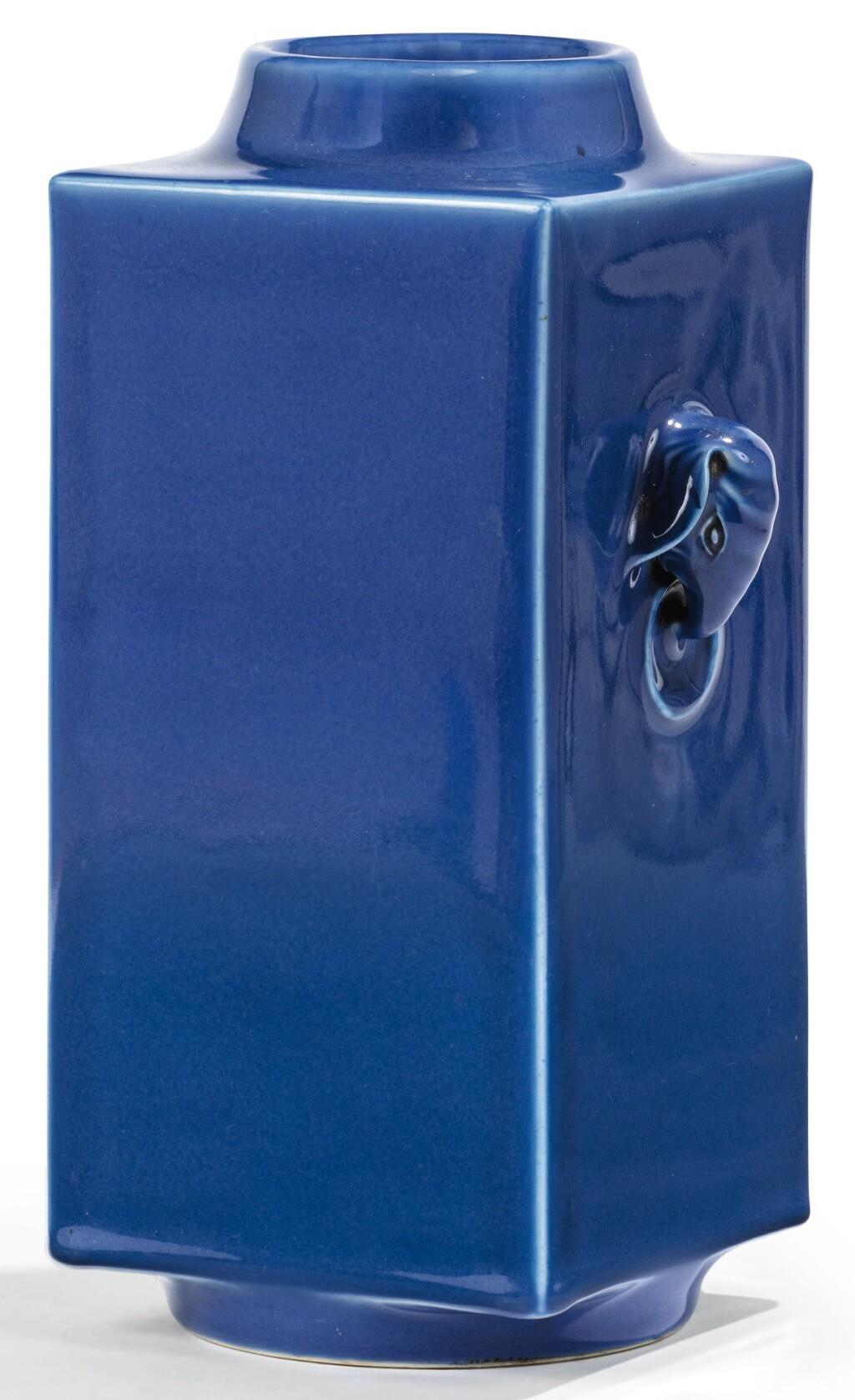 VASE EN PORCELAINE MONOCHROME BLEU, CONG MARQUE ET ÉPOQUE TONGZHI  | 清同治 霽藍釉象耳琮式瓶 《大清同治年製》款 | A blue-glazed vase, cong, Tongzhi mark and period