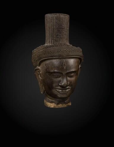 View 3. Thumbnail of Lot 235. A sandstone head of a deity, probably Shiva Khmer, Banteay Srei style, late 10th century   高棉 十世紀晚期 班迭斯雷式砂岩雕或為濕婆首像.